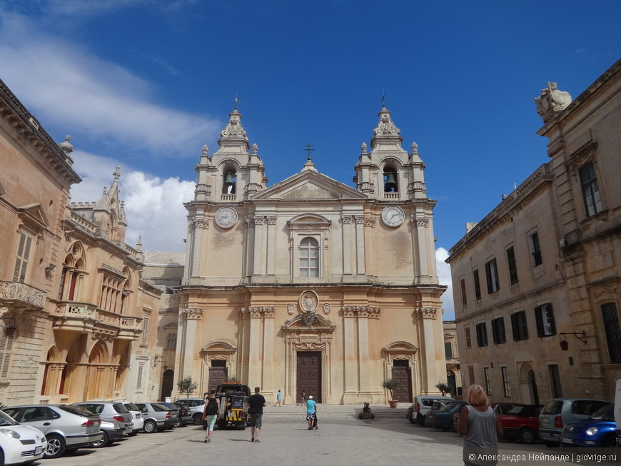 Главная площадь города (St. Paul's Square) с Кафедральным собором Петра и Павла.