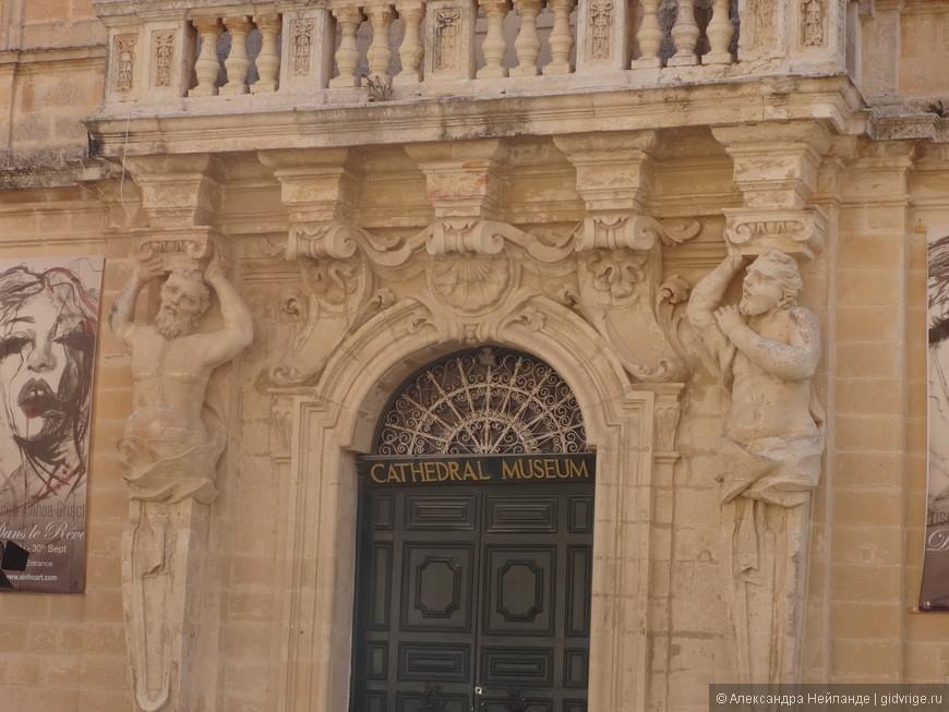 Таких забавных атлантов я еще не видела! А ведь это местное барокко - Дворец семинарии с музеем собора Петра и Павла.