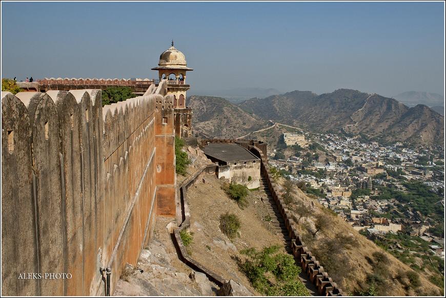 Окрестности здесь видно, как на ладони... И недаром форты строили на холмах...