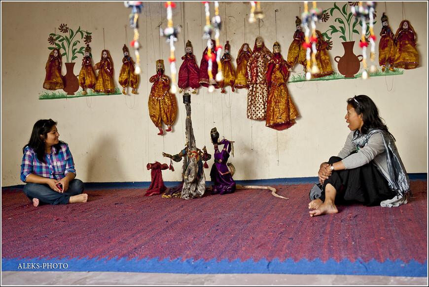 Импровизированный кукольный театр. Так подрабатывают местные жители...
