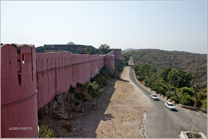 Если бы мы проехали по этой дороге, можно было бы увидеть еще один форт - Тигриный, расположенный как раз над Джайпуром. Он довольно заброшенный, но с него открываются виды на город... Но мы о существовании третьего форта не знали...