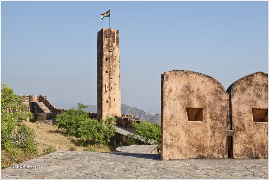 Самая высокая точка форта Джайгарх. Эту башню видно еще при входе в форт Амбер...