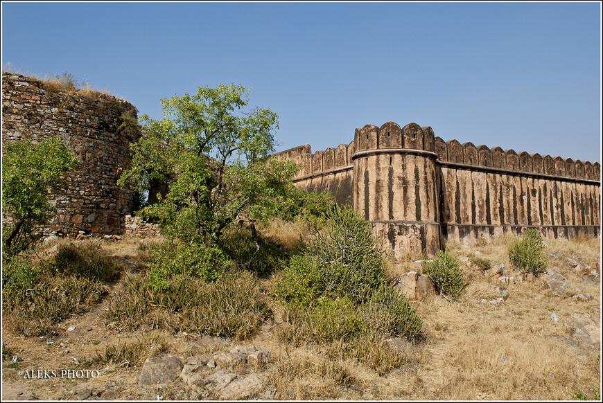 Неприступные крепостные стены. Неслучайно многие завоеватели обходили стороной раджастанские форты, стремясь заключить договор с их хозяевами...