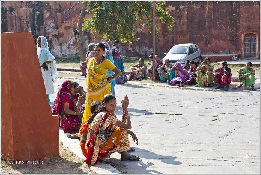 Много индианок в разноцветных сари - это всегда зрелищно...
