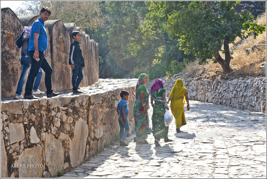 Когда мы направились назад, по пути нам встречались приехавшие на экскурсию индийцы...