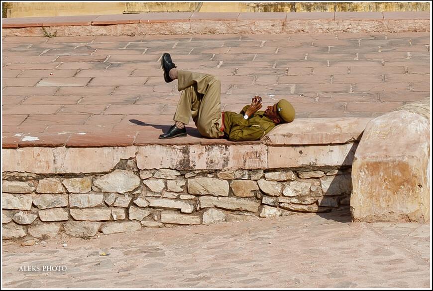 Вот такая не пыльная работенка у охранников форта...