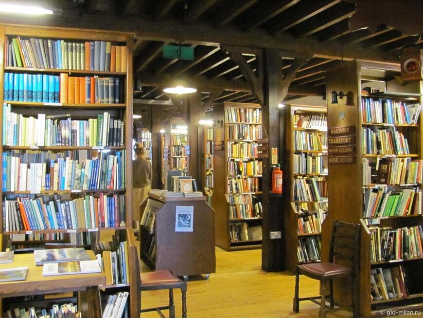 Так выглядит магазин Ричарда Бута внутри. Количество книг и правда впечатляет. Но, на мой вгляд, известность делает цены здесь совсем не божескими. Таике же штабеля книг можно найти в нашем любимом бывшем кинематографе, но по гораздо более гуманным ценам.