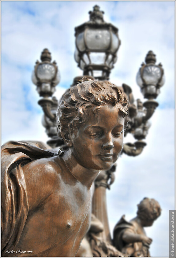 Скульптуры на одном из мостов через Сену...