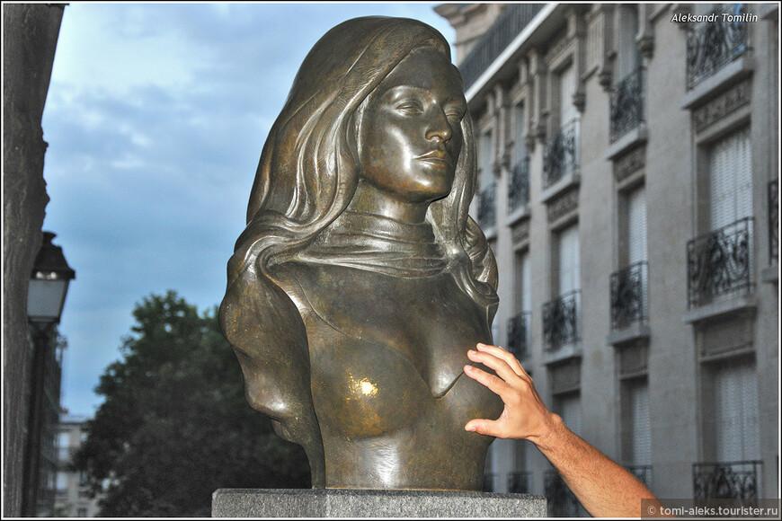 Это, если не ошибаюсь, бюст французской певицы Далиды...