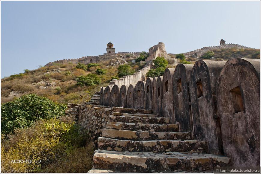 Посидев на лестнице, ведущей еще выше в гору, мы направились назад в Джайпур.