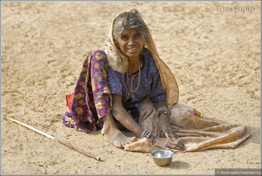 Кроме коров нас встречали вездесущие индийские нищие. Когда кто-то спорит со мной, что Индия — богатая страна, я даю им посмотреть на вот эти фото. Палочка, которая лежит рядом с женщиной — это не случайная вещь. Когда чуть позже вы увидите, какое количество обезьян бродит в одной из частей монастыря, станет понятно, что не каждый осмелиться пройти по такой дороге.