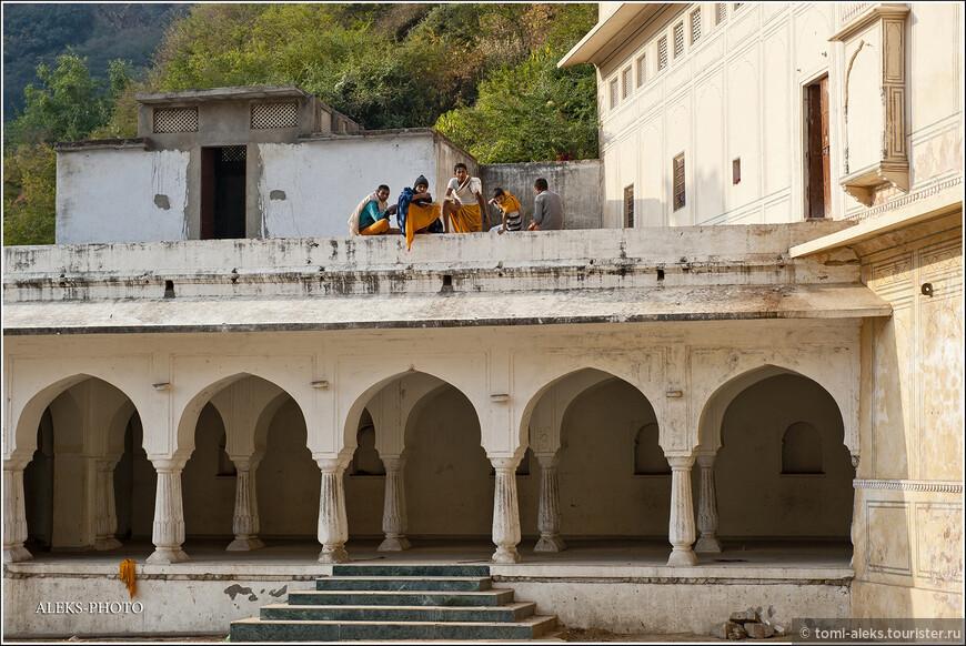 По пути нам встретились обитатели монастыря, которые, судя по всему, завтракали