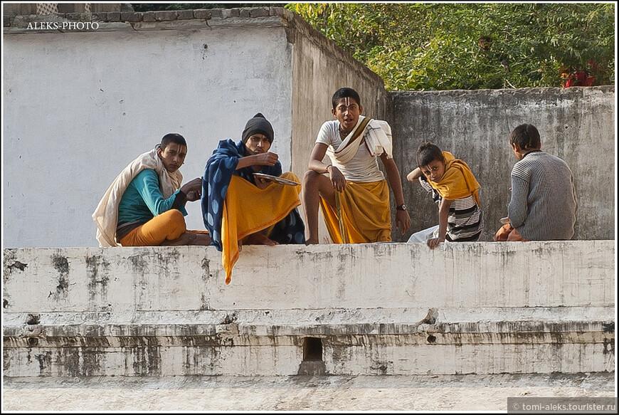 Рассмотрим их поближе. Одежды и знаки на лбу говорят о том, что перед нами монахи из какой-то избранной касты...