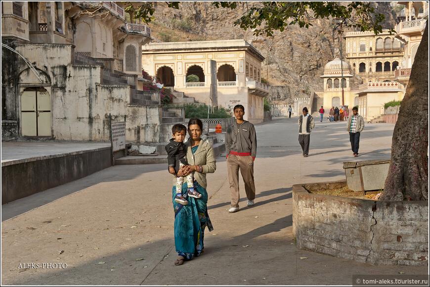 Постепенно жизнь внутри монастыря оживилась. Здесь всегда много паломников. Индийцы, видимо, любят сюда приезжать...