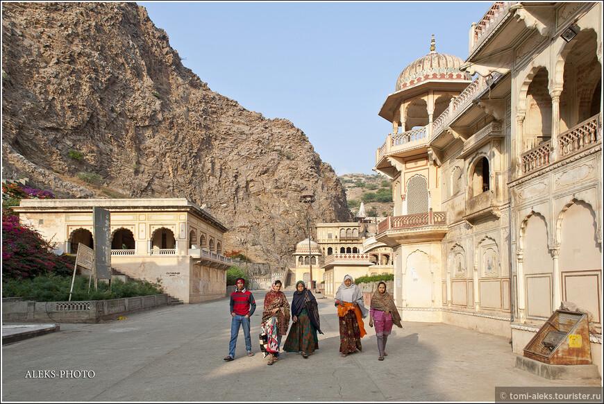Навстречу нам шли паломники - женщины в разноцветных сари...