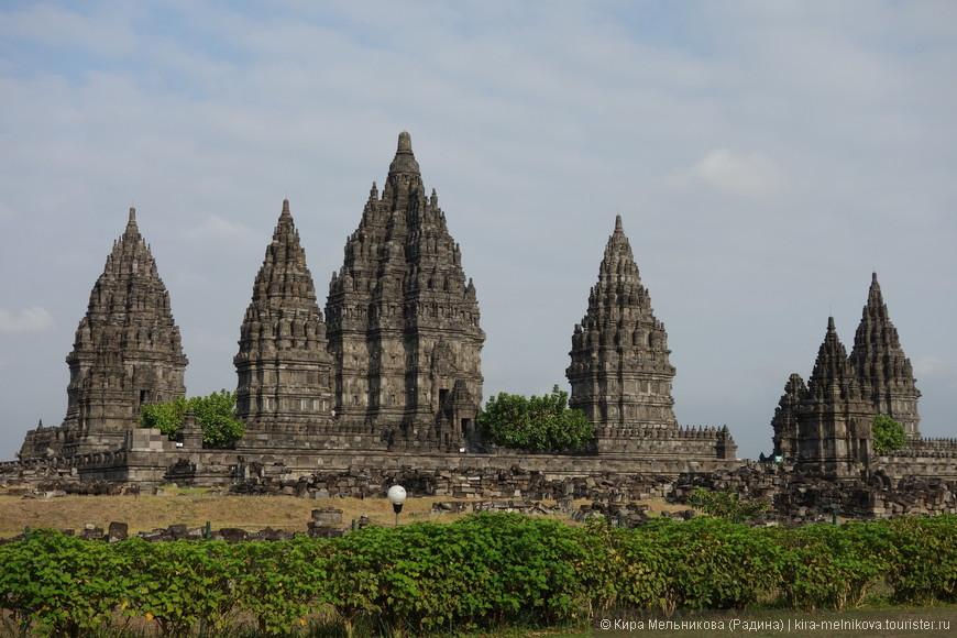 Первая достопримечательность, это Прамбанан — комплекс раннесредневековых буддийских и индуистских храмов, расположенный в центральной части острова Ява, в 18 км к востоку от Джокьякарты.