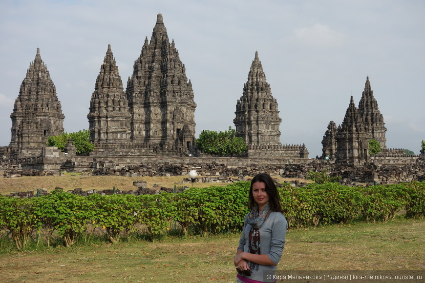 Наибольшей популярностью среди туристов пользуется грандиозный индуистский 47-метровый храм Лоро Джонгранг — крупнейший в Индонезии, посвящённый богу Шиве (в центре). По обеим сторонам храма Шивы – еще два храма, они посвящены богам Вишну и Брахме.
