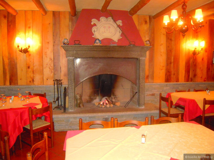 Уютный зал с настоящим камином