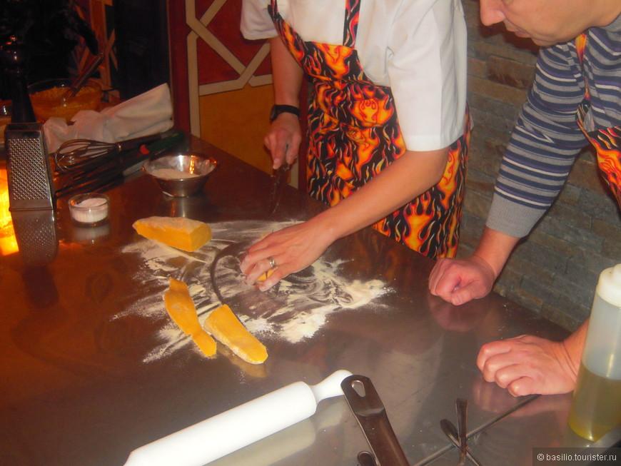 Кусок теста разрезается и подготавливается для изготовления таятелли