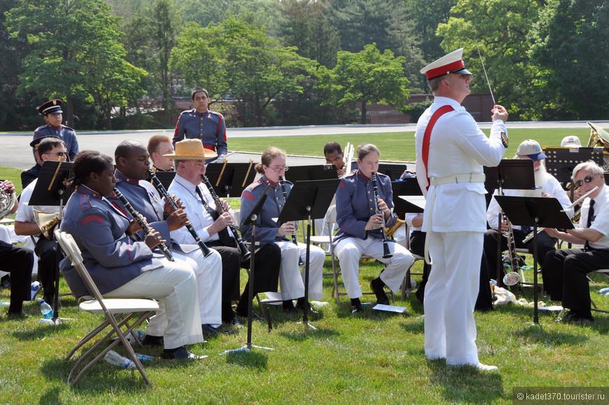 В ожидании парадной церемонии музыканты развлекают публику.