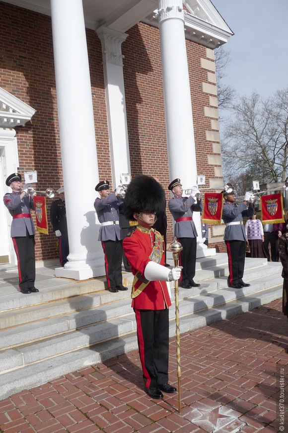 Горнисты трубят сбор на торжественное собрание и церковную церемонию