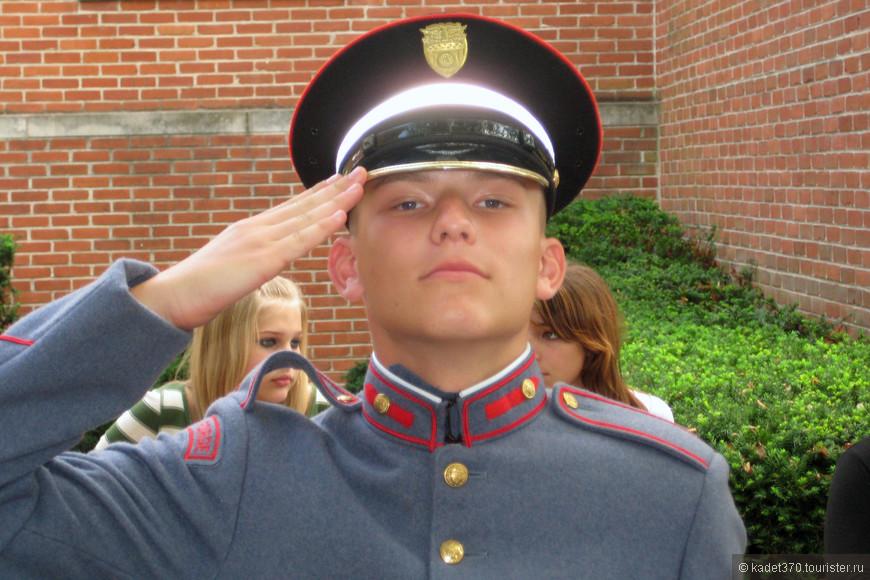"""Уже через полгода Рома превратился в подтянутого, молодцеватого воспитанника, получил первый военный чин и должность младшего командира, а через год - удостоин медали """"Лучший кадет академии"""""""