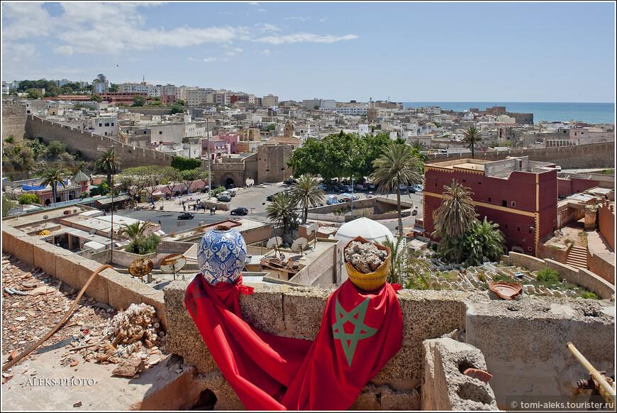 На одной из крыш мы увидели вот такой натюрморт. Марокканцы любят свой флаг: он красный с желтой звездой...
