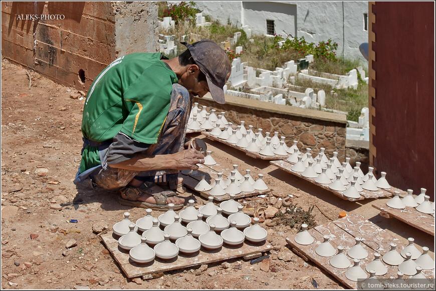 Вот эти заготовки уже обмакнули в раствор белой глины и они стали наряднее...