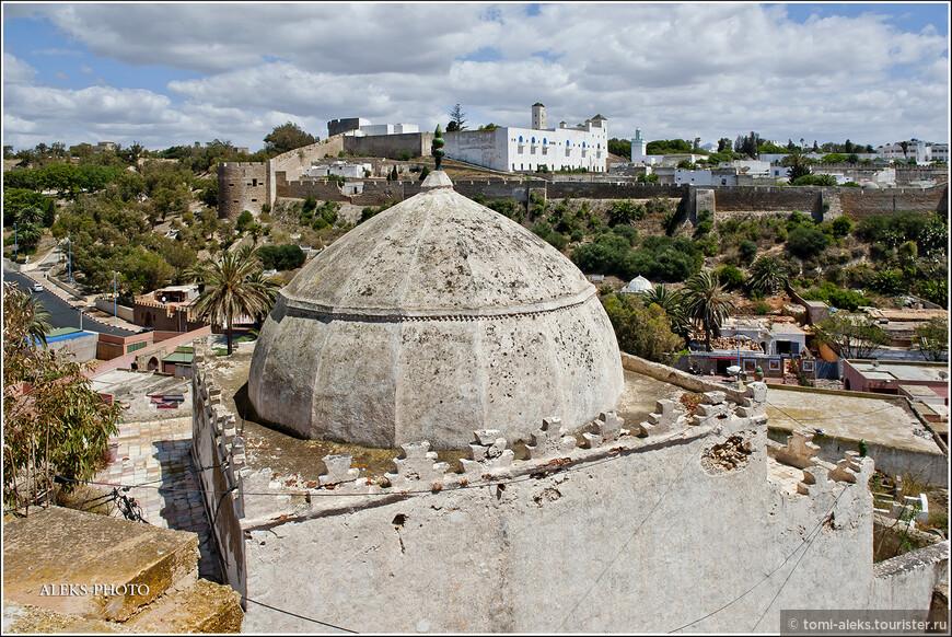 Небольшие мавзолеи едва вмещаются в миниатюрные размеры мини-кладбищ. На противоположной стороне - португальская цитадель, вокруг которой мы уже гуляли.