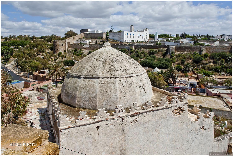 Небольшие мавзолеи едва вмещаются в миниатюрные размеры мини-кладбищ. На противоположной стороне - португальская цитадель, вокруг которой мы уже гуляли., Глину не мять — горшков не видать (Марокко)