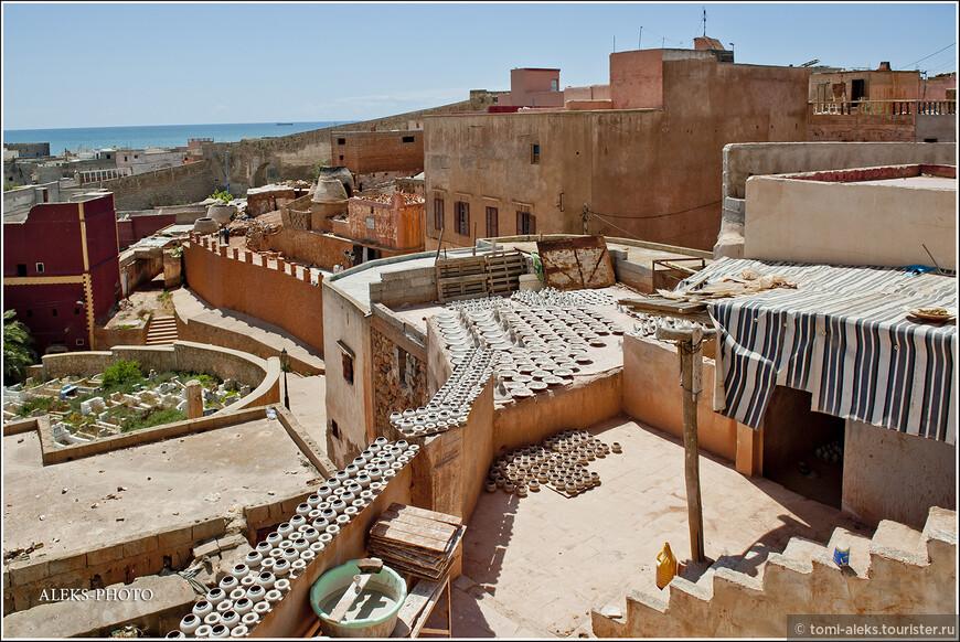 С терасс открывается вид на готовую продукцию.Благо, солнце - главный помощник гончаров. Глина ведь должна сохнуть... Даже в мае солнца в Марокко предостаточно.