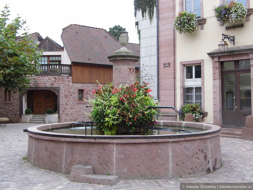Несколько старинных колодцев, трансформированных в фонтаны, на центральной улице.