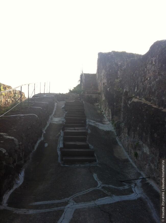 Сохранились ступени и мостовые.