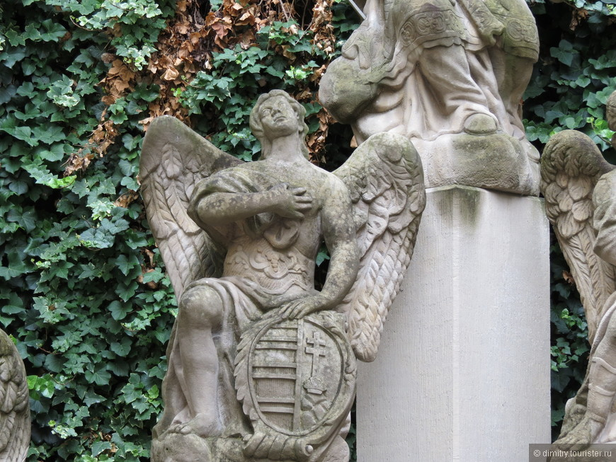 Такая скульптура больше подходит для кладбища. Но стоит в ратуше.
