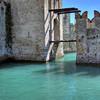 Вход в гавань средневекового замка в Сирмионе