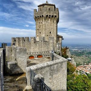 Три башни Сан-Марино (итал. Torri di San Marino) — средневековые строения на трёх вершинах горы Монте-Титано. Башни-крепости являются символом свободы страны, изображены на флаге и гербе страны, их изображение также чеканится на сан-маринских монетах евро. Гуаита — старейшая башня, построена как тюрьма в XI веке. Вторая башня — Честа, была построена в XIII веке, находится на высшей точке Сан-Марино (750 м над уровнем моря). В башне открыт музей старинного оружия. Третья башня — Монтале была построена в XIV веке. В отличие от других, _широкий_ доступ посетителей в неё невозможен (так сказано в описании). Но я вообще не обнаружил в неё входа – по периметру лишь сплошной камень.  Вход в одну любую башню 2,5 евро, в обе – 4.