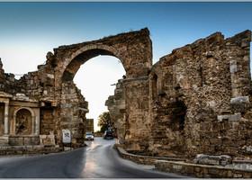Древние ворота. Ворота истены античного города Сиде представляют собой настоящую достопримечательность. Это самые старые ворота города, причем они всегда строились наодном итомже месте инеоднократно реставрировались. Ворота укреплены башнями, накоторых вдавние времена несли караул воины. Ввысоту они достигают десяти метров. Ворота, которые ипосей день стоят вСиде, приняли свой вид вовремена Римской империи.