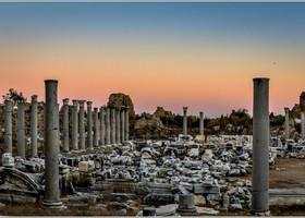 Агора. Вдревности она была крупным невольничьим рынком, центр которого украшал храм богини Фортуны. Вокруг него располагались колонны скарнизами. Донаших дней дошел только фундамент храма иколонны.