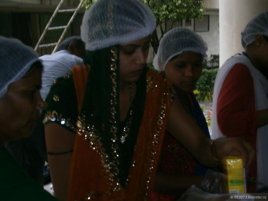 А эти серьезные девушки  работают - кормят огромное количество людей.