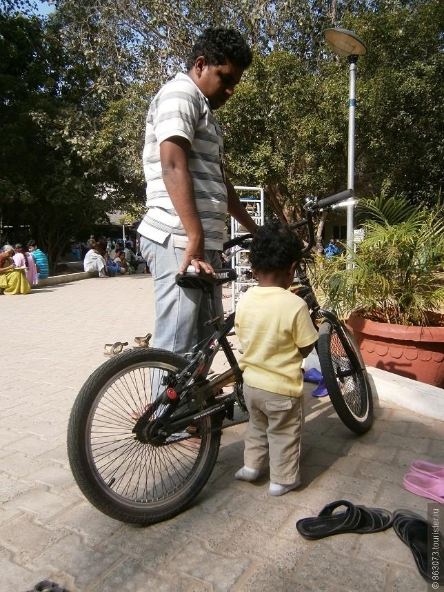 Папы-индусы - самые терпеливые папы в мире. Вот этот, например, стоял минут сорок, удерживая велосипед, пока сыночек проявлял интерес к чудо-машине.