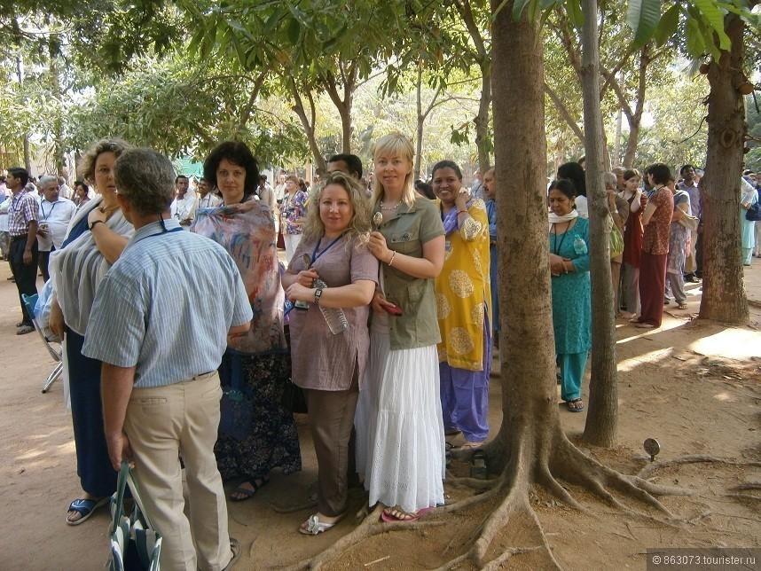 Очередь за бесплатной едой в индийском Ашраме.