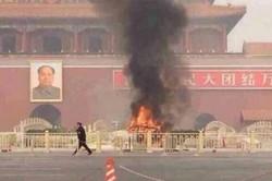 В центре Пекина внедорожник сбил группу туристов и загорелся