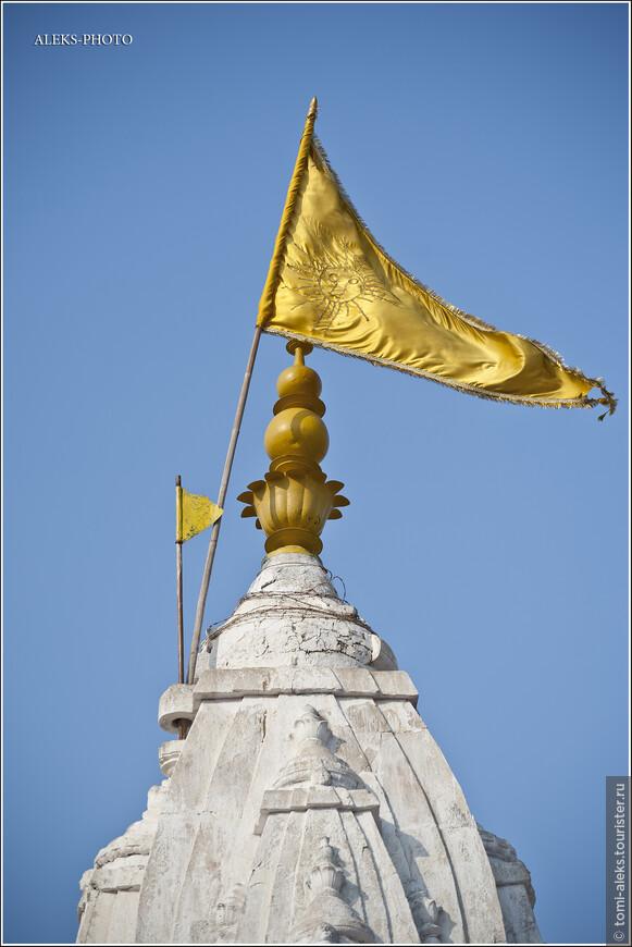 Флаг на вершине храма...