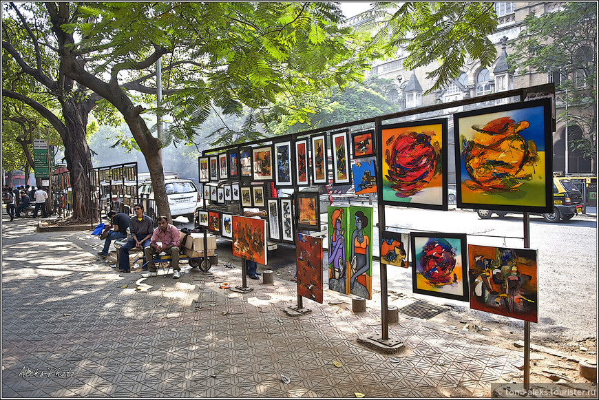 Продажа картин у картинной галереи в исторической части Мумбая...
