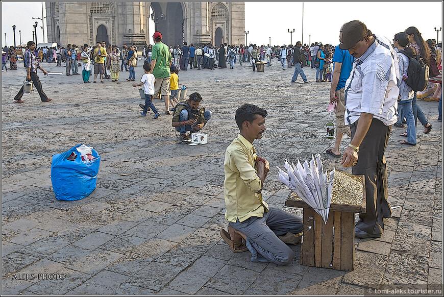 А это - уличная торговля у Ворот Индии - на набережной Аравийского моря...