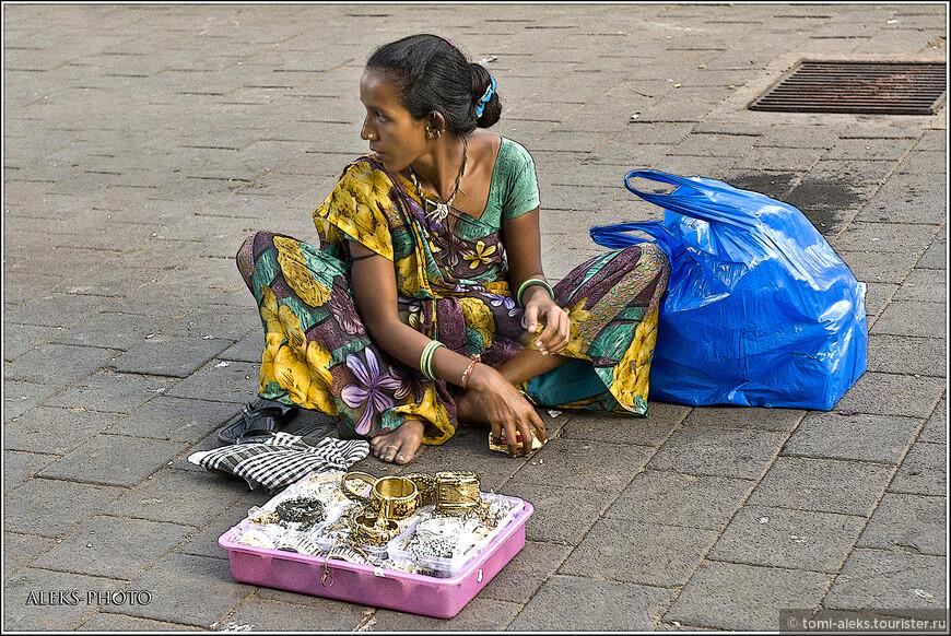 Интересно, что индианки носят браслеты не только на руках, но и на ногах...