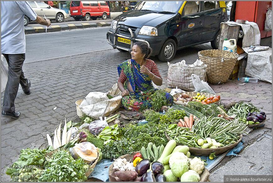 Мини-базар прямо на обочине тротуара...