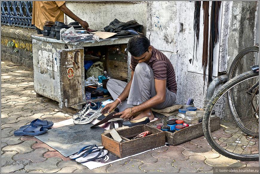 Чтобы ремонтировать обувь на улице - достаточно вот такой маленькой будочки для инструментов и подстилки...