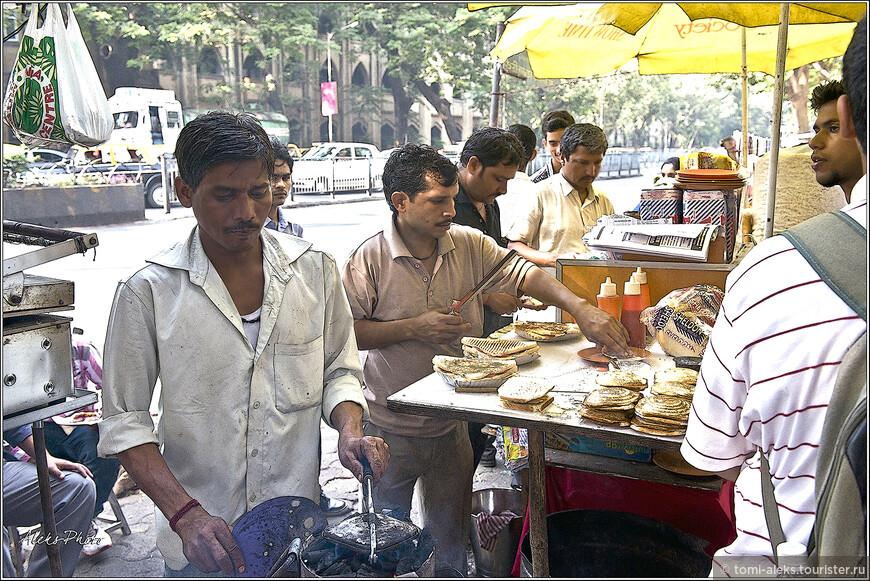Большинство индийцев - вегетарианцы. У них в чести лепешки с массой разных наполнителей, часто очень острых...