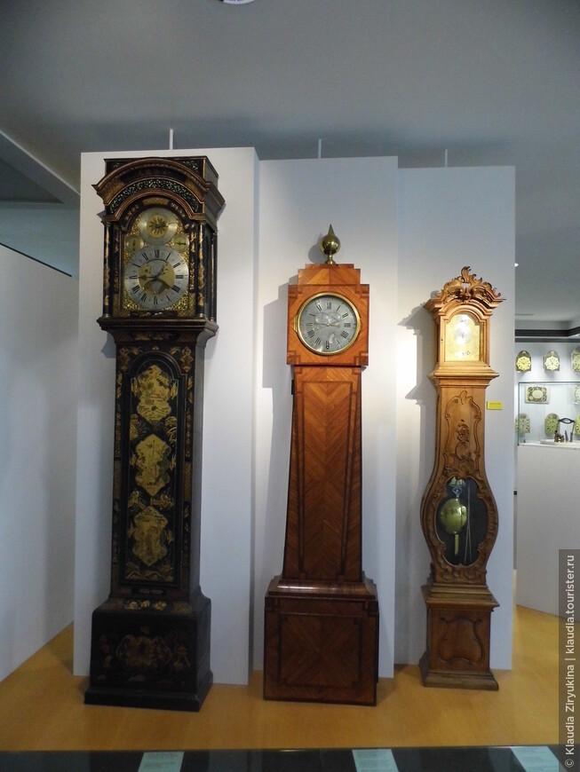 Часов  в музее -- огромное множество, мы за час не обошли.